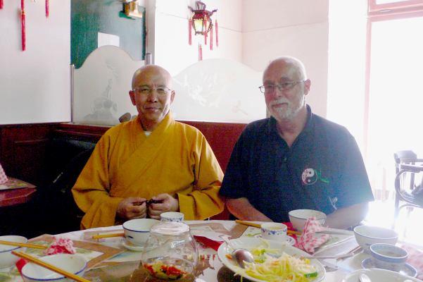 Opat Ming Zheng při jeho krátké návštěvě v Praze v roce 2010 a sifu Hušek