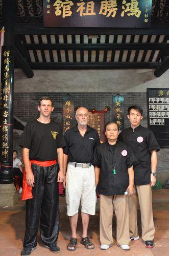 Lukáš Slavíček, Sifu Husek, Sifu Leong Kong Wing a student v Hung Sing Choi Lei Fut škole ve Fat Shanu 2011